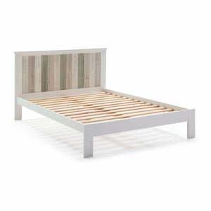 Biela posteľ s nohami z borovicového dreva Marckeric Maude, 140 x 200 cm